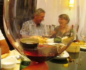 Det ble også god anledning til sosialt samvær blant gode venner. Her er Anne og Jan Petter foreviget gjenomm et glass rødvin med kork i!